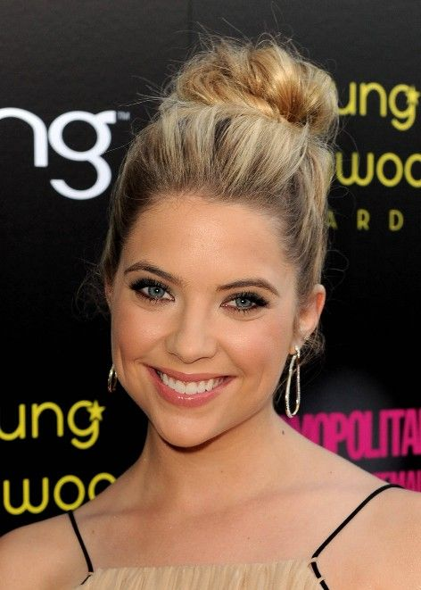Ashleys High Bun Is A Classic And Beautiful Updo Hairstyle For Prom The Easiest Way To Recreate This Look Begin By Making Ponytail