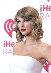 Taylor Swift red carpet hairstyle