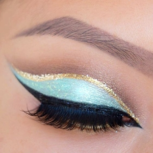 how to put eyeliner on