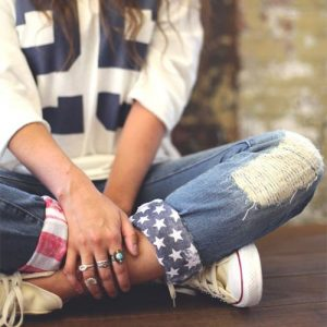 Loose long-sleeved t-shirt and American flag-cuffed jeans