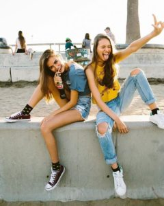 hanging out besties picture ideas