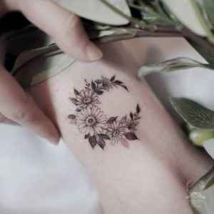 moon-daisy-flower-tattoo